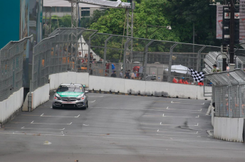 Will Davison takes the flag at the end of the session